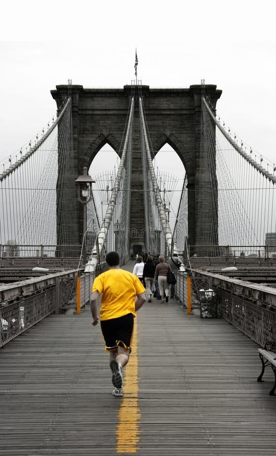 Jaune sur la passerelle de Brooklyn image libre de droits