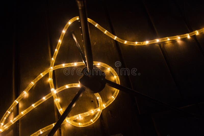 Jaunissez la bande légère menée sur le plancher sous un support en métal de tambours photo libre de droits