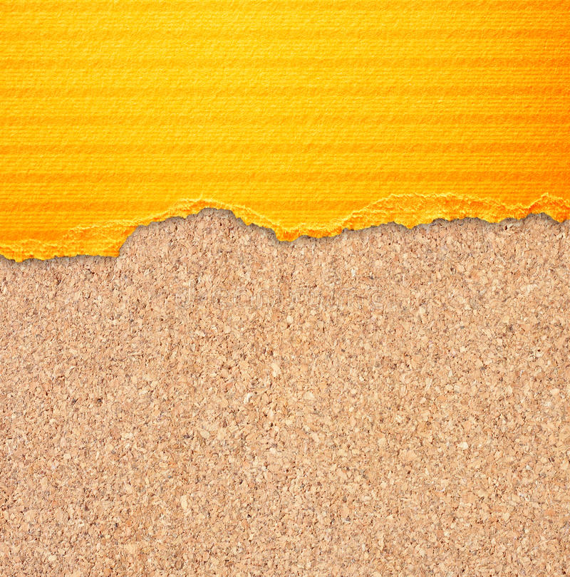Jaunissez le papier déchiré avec des rayures au-dessus de fond de panneau de liège. photographie stock libre de droits