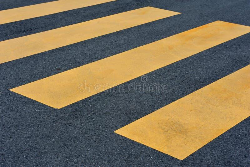 Jaunissez le passage pour piétons sur le trottoir noir photographie stock libre de droits
