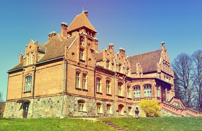 Jaunmokas slott vid våren royaltyfri fotografi