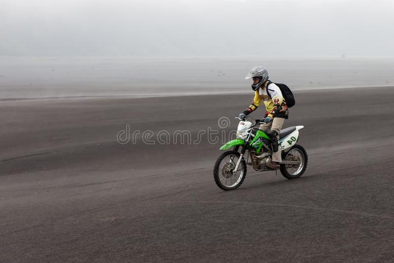 JAVA, INDONÉSIA - 19 de abril de 2015: Equitação do turista foto de stock
