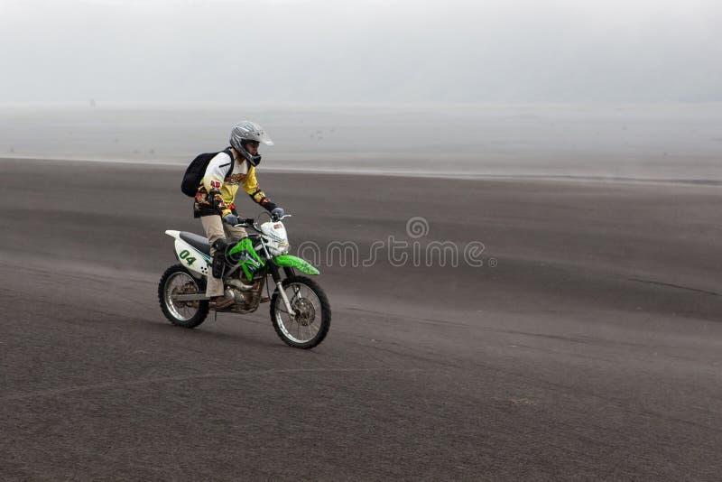 JAVA, INDONÉSIA - 19 de abril de 2015: Equitação do turista fotos de stock royalty free