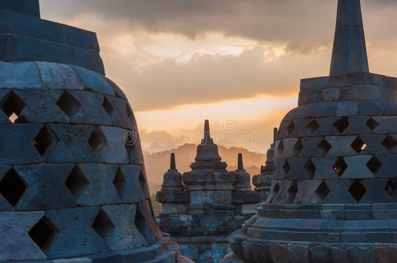 JAVA, INDONÉSIE - août, 02, 2010 : Temple de Borobudur au lever de soleil photos stock