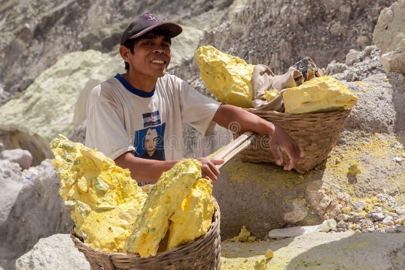 Java/Indonesia - 8 de mayo de 2015: Minero del azufre adentro foto de archivo libre de regalías