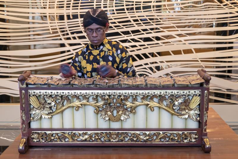 Jawajski mężczyzna bawić się slenthem, Jawajski tradycyjny muzyczny instrument obrazy royalty free