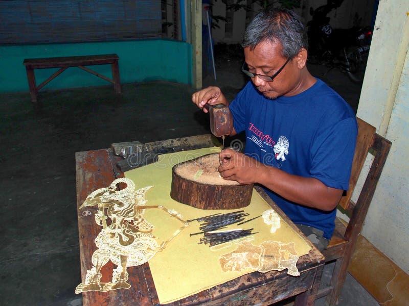 Jawajski mężczyzna Robi Wayang kukły, Yogyakarta, Indonezja obrazy royalty free