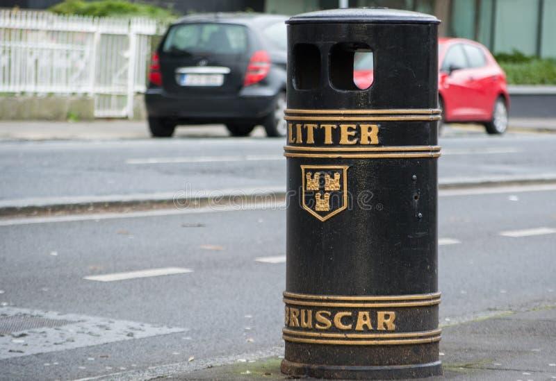 Jawne banialuki, kosz na śmieci w ulicie w Dublin/, Irlandia zdjęcia royalty free