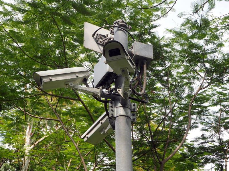 Jawne inwigilacji kamery w miasto parku zdjęcia royalty free