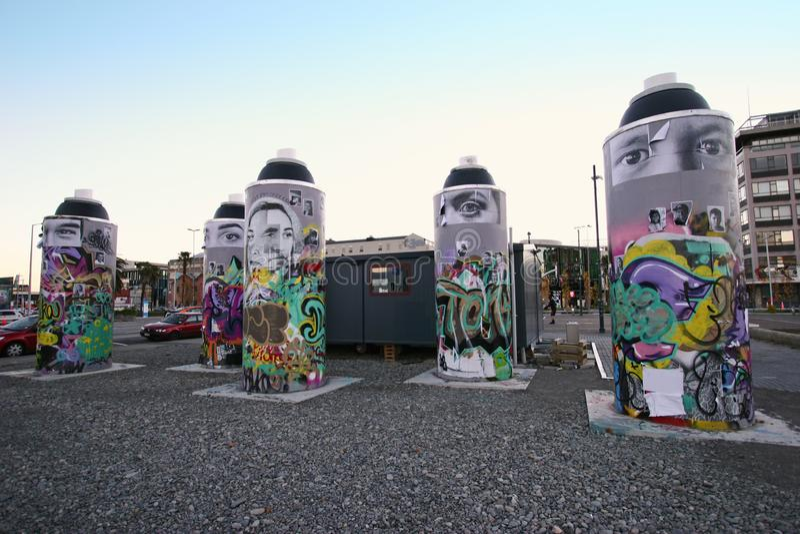 Jawnego miasta uliczna sztuka gigant malował kiści puszki z kolorowym obrazem, malowidło ścienne, graffiti w Christchurch, Nowa Z fotografia stock