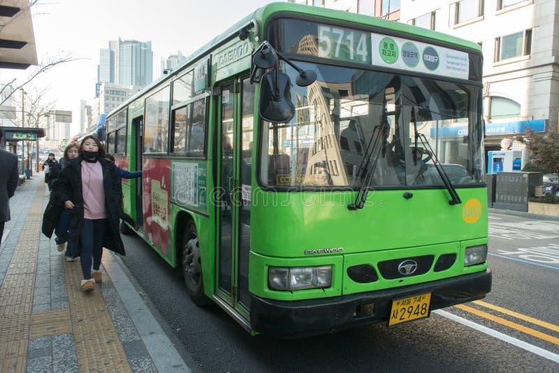 Jawnego transportu autobusu park przy przystankiem autobusowym z lokalnym passeng fotografia royalty free