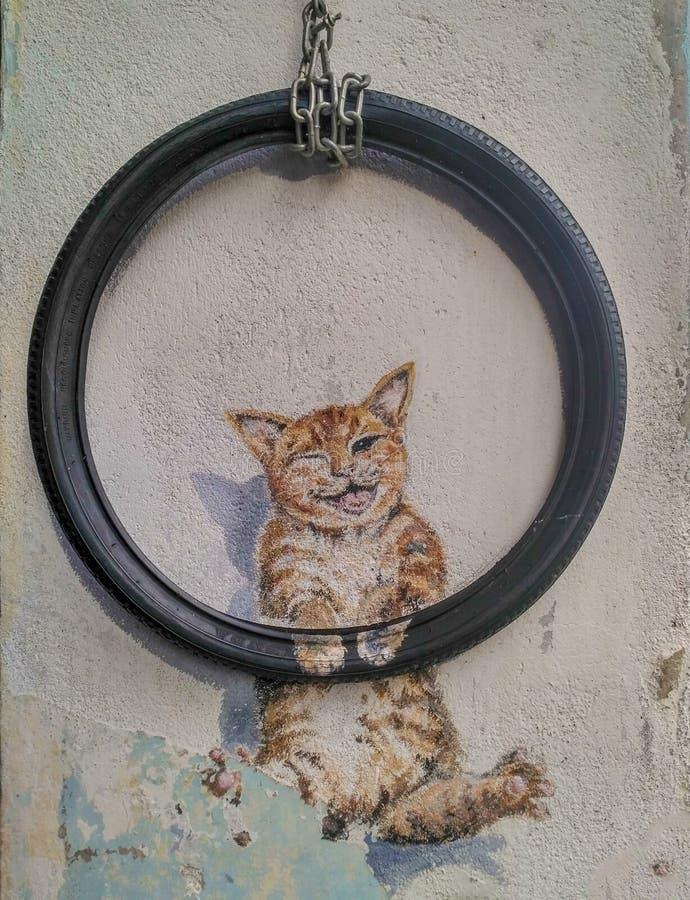 Jawnego ulicznego sztuki imienia cate Śliczny mienie Toczył bicykl malującego 3D na ścianie która jest dwa małymi dziewczynkami j obrazy stock