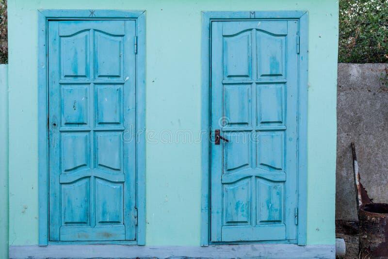 Jawnej toalety drzwi obraz stock