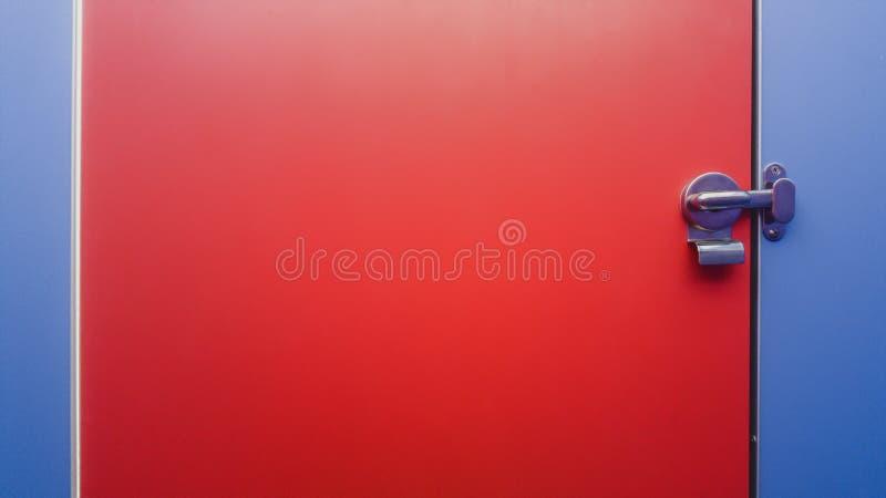 Jawnej toalety rozdziału drzwiowy panel i stal nierdzewna drzwiowy kędziorek zdjęcie stock