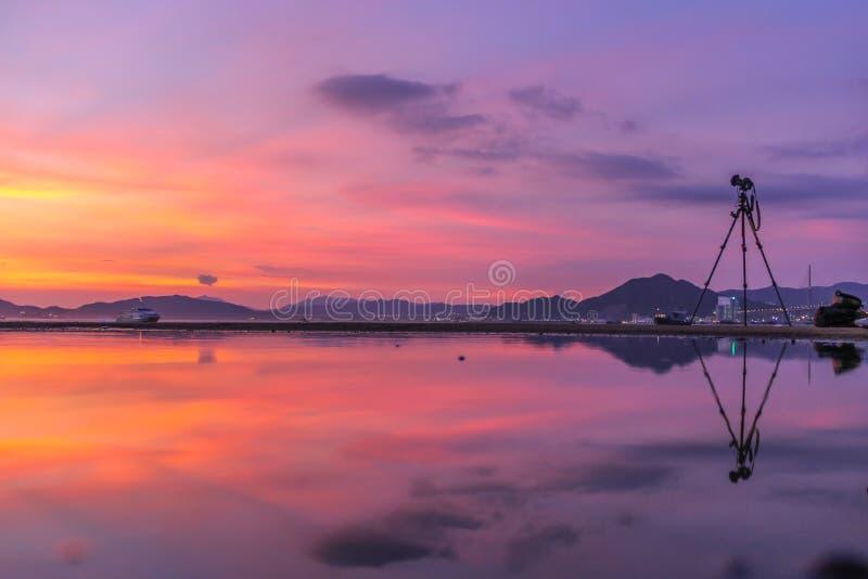 Jawny ładunku prom, Kennedy miasteczko, Hong Kong: jeden few najlepszy miejsca dla brać zmierzch fotografie z odbiciem fotografia stock