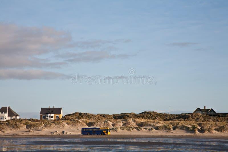 Jawny autobusu transport na plażowej wyspie Fanoe w Dani obraz royalty free