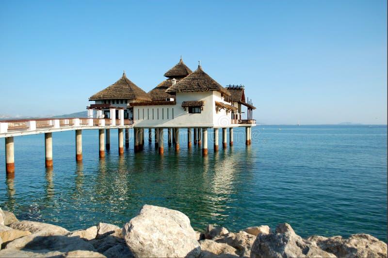 Jawny budynek w morzu zdjęcie stock
