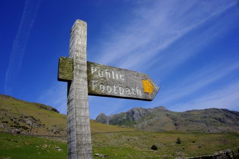 Jawny Footpath Podpisuje wewn?trz Langdale w Angielskim Jeziornym okr?gu w Zjednoczone Kr?lestwo zdjęcie stock