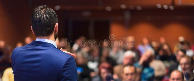 Jawny mówca daje rozmowie przy Biznesowym wydarzeniem obraz royalty free