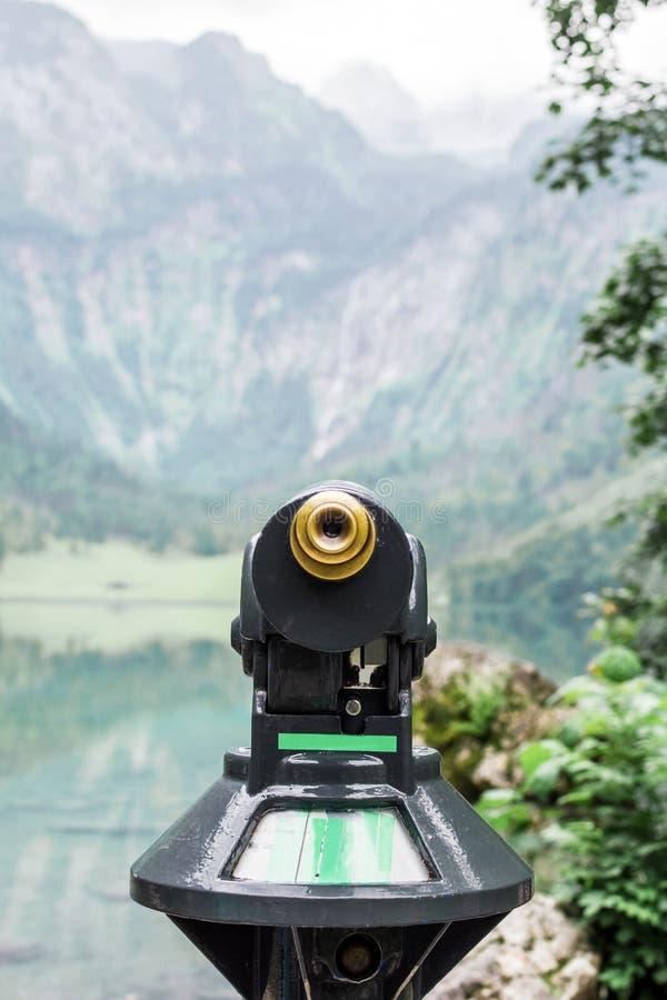 Jawny obuocznego teleskopu binoscope na obserwacja pokładzie przed Jeziornym Obersee Alps, Niemcy, Berchtesgaden obraz stock