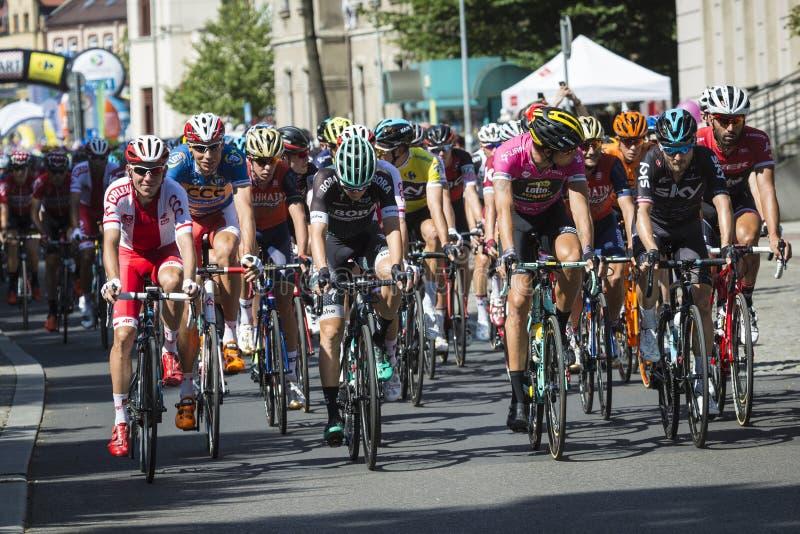 JAWORZNO, POLONIA - 31 DE JULIO DE 2017: Ciclistas al inicio del t imágenes de archivo libres de regalías