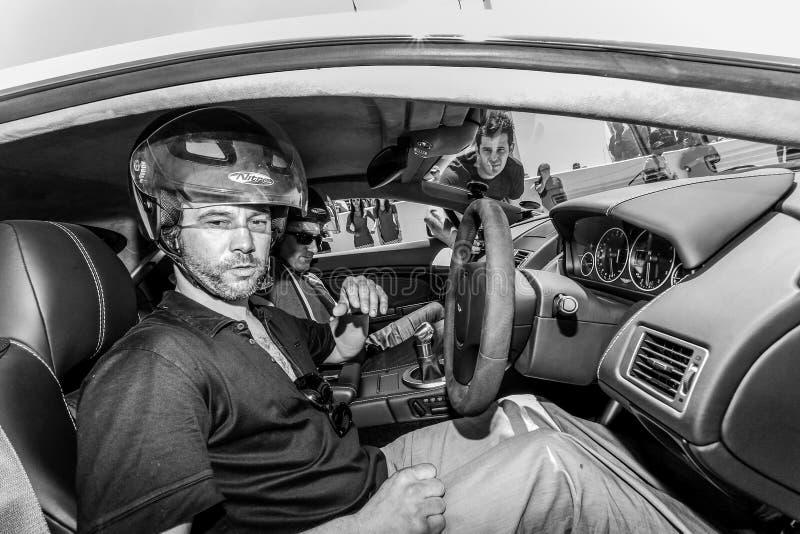 Jay Kay de Jamiroquai que conduz Aston Martin no autódromo de Kyalami fotografia de stock royalty free