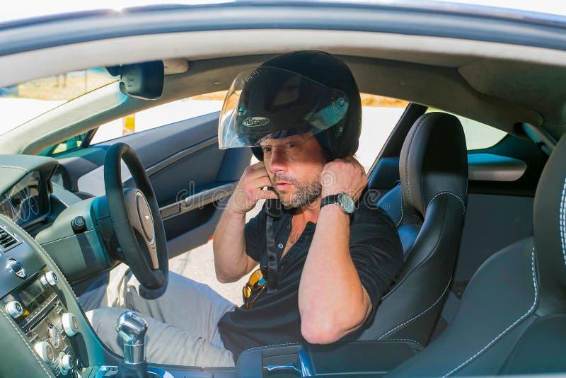 Jay Kay de Jamiroquai que conduz Aston Martin no autódromo de Kyalami imagem de stock