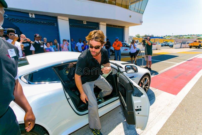 Jay Kay de Jamiroquai que conduz Aston Martin no autódromo de Kyalami imagens de stock