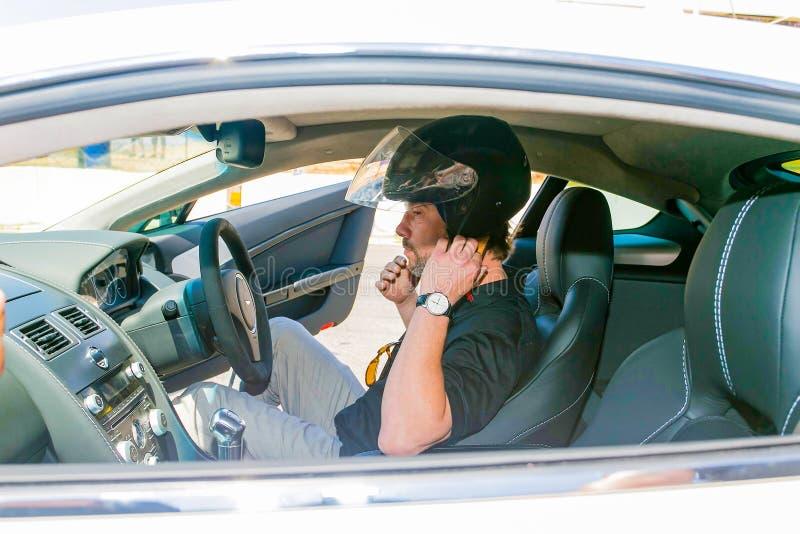 Jay Kay de Jamiroquai que conduz Aston Martin no autódromo de Kyalami foto de stock