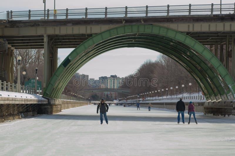Jazda na łyżwach pod mostem na zamarzniętym Rideau Kanałowy Ottawa W zdjęcia stock