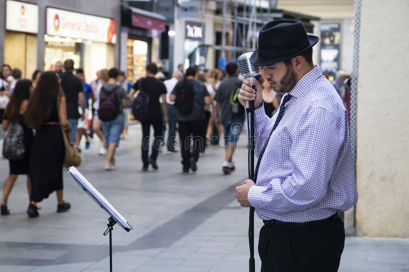 Jazz/blauwmusicus en zanger in de zwarte hoed op één van ma royalty-vrije stock afbeelding