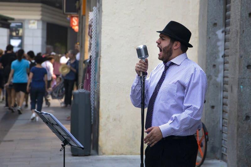 Jazz/blauwmusicus en zanger in de zwarte hoed op één van ma royalty-vrije stock afbeeldingen