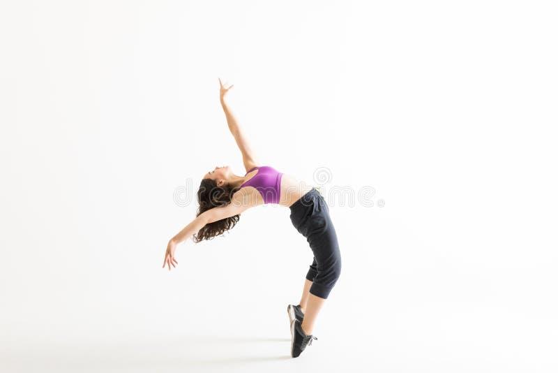 Jazz Dancer On Tiptoes Bending para trás no fundo branco fotografia de stock