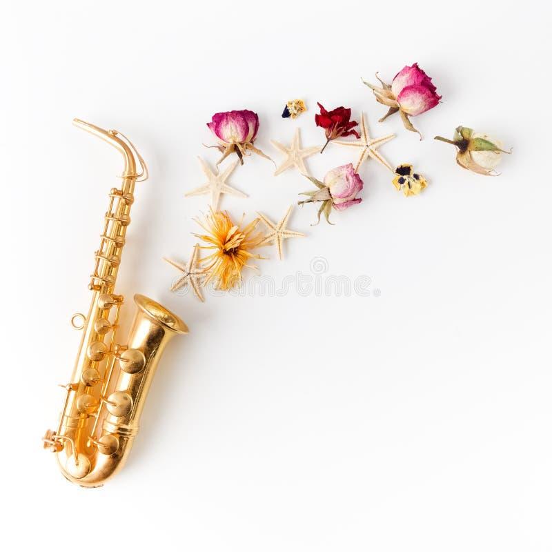 Jazz Day Saxofoon met bloemen Vlak leg, hoogste mening royalty-vrije stock afbeeldingen