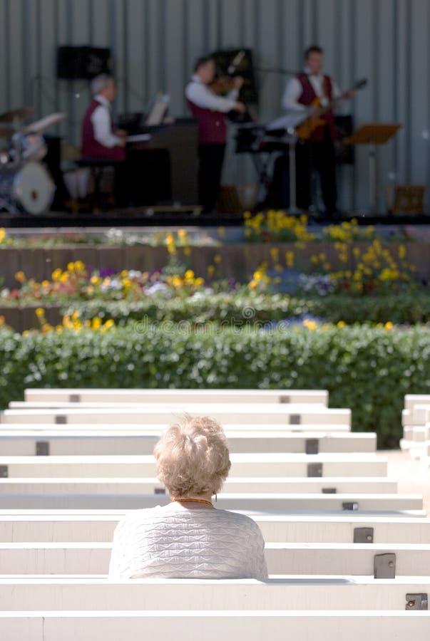 Jazz de observación de la mujer mayor solitaria fotos de archivo libres de regalías