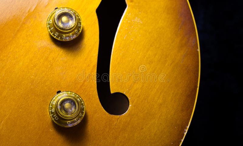 Jazz Guitar Volume en Tone Knobs stock fotografie