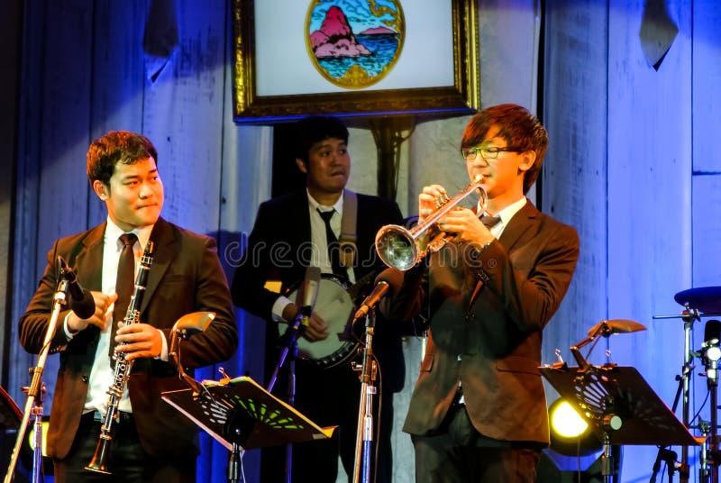 Jazz Minions-Band führen im Jazz im Gedächtnis bei Bangsaen durch lizenzfreie stockbilder