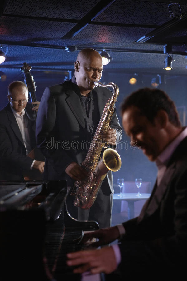 Jazz Musicians In Club Lizenzfreies Stockfoto