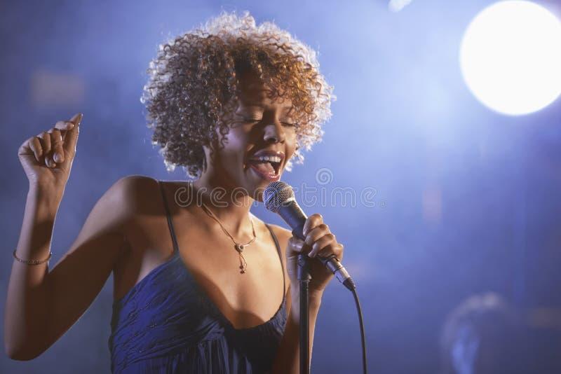 Jazz Singer On Stage femminile fotografie stock libere da diritti