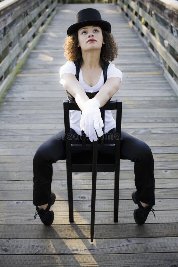 Jazz-Tänzer, der im Stuhl sitzt stockbild