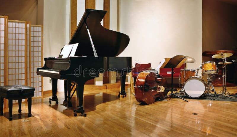 Jazzbandinstrumente stellten auf Stadium bereit zum Konzert ein stockfoto