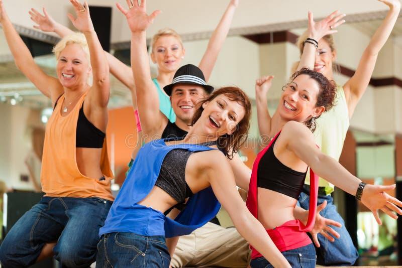 Jazzdance - jonge mensen die in studio dansen stock fotografie