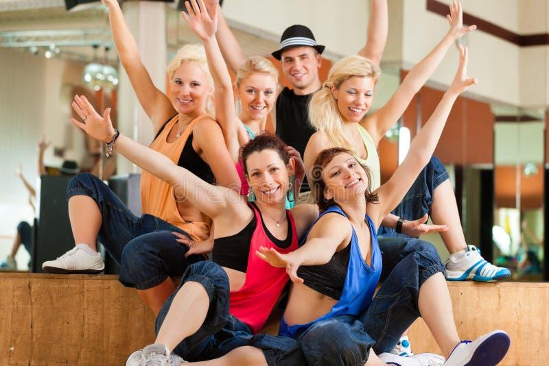 Jazzdance - Tanzen der jungen Leute im Studio stockbilder