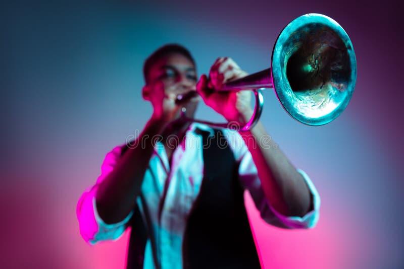 Jazzista afroamericano che gioca tromba fotografie stock