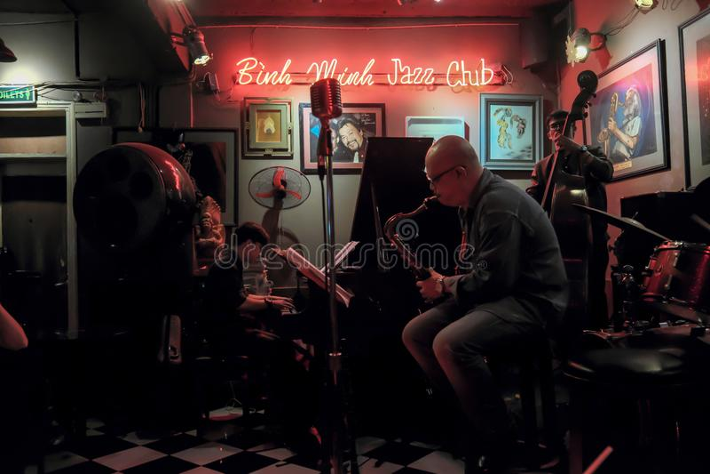 Jazzowy zespół przy Hanoi Żywą kawiarnią, Wietnam, Dec 10, 2018 zdjęcia stock