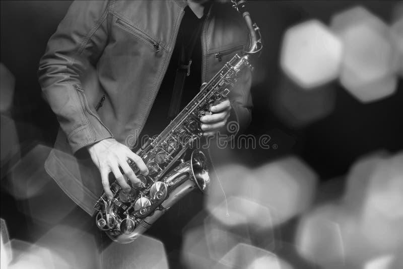 Jazzsaxofonspelare i kapacitet på etappen Färgfilter royaltyfri foto
