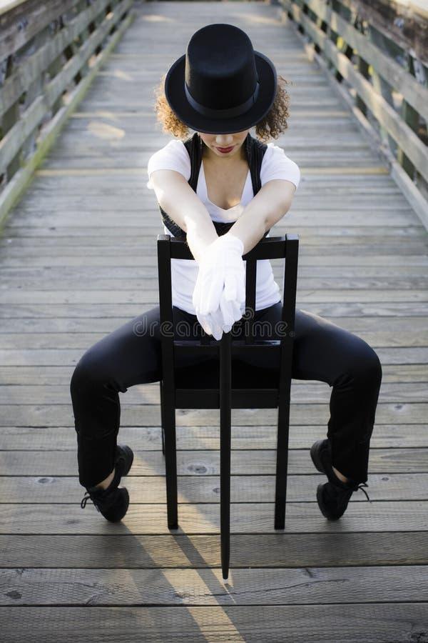 Jazztänzer, der auf Stuhl sitzt stockfotos