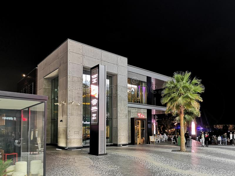 JBR、卓美亚奢华酒店集团海滩胜地在晚上,一新的旅游景点和住宅摩天大楼区域在迪拜 库存图片