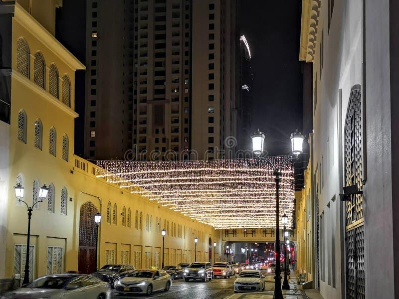 JBR、卓美亚奢华酒店集团海滩胜地在晚上,一新的旅游景点和住宅摩天大楼区域在迪拜 库存照片