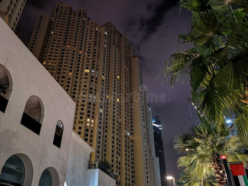 JBR、卓美亚奢华酒店集团海滩胜地在晚上,一新的旅游景点和住宅摩天大楼区域在迪拜,阿拉伯联合酋长国 库存图片